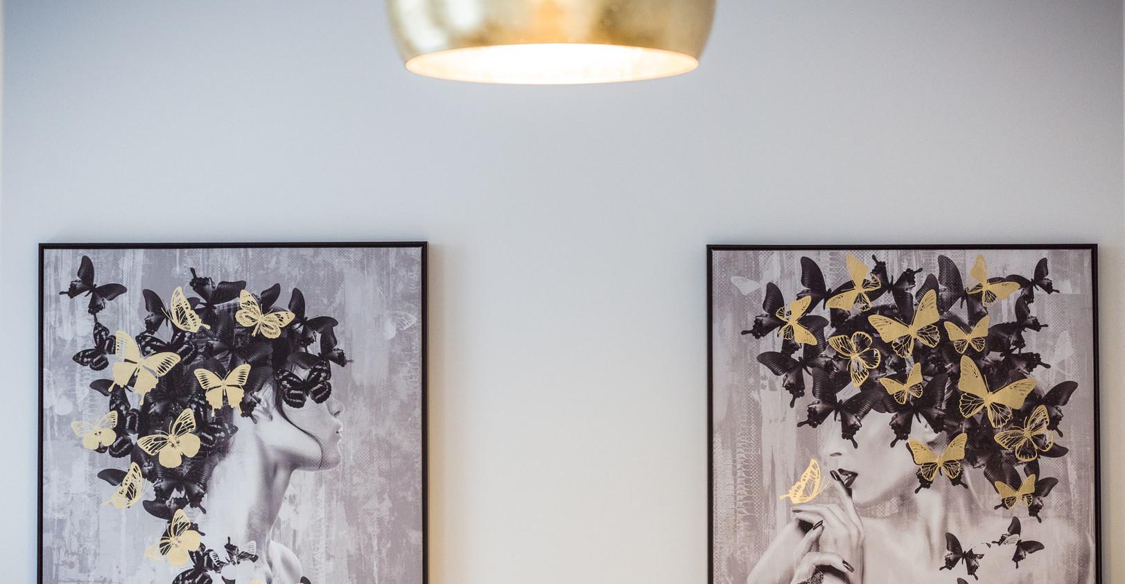 Zwei Designer-Bilder an der Wand